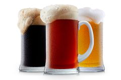 Συλλογή κουπών της παγωμένης μπύρας με τον αφρό Στοκ εικόνες με δικαίωμα ελεύθερης χρήσης