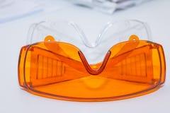 Συλλογή των γυαλιών ασφάλειας για υπομονετικό άλλο, εξοπλισμός υγείας για να προλάβει τη διαγώνια μόλυνση Κλινική οδοντιάτρων προ Στοκ Εικόνες