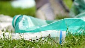 Συλλογή των πλαστικών απορριμάτων Εκτός από τη γη απόθεμα βίντεο