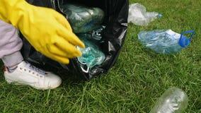 Συλλογή των πλαστικών απορριμάτων απόθεμα βίντεο