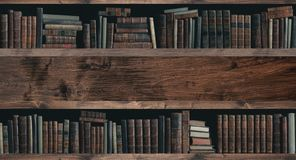 Συλλογή των πολύτιμων αρχαίων βιβλίων σε ένα ράφι στοκ φωτογραφίες
