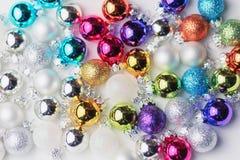 Συλλογή των σφαιρών Χριστουγέννων σε πολλά χρώματα σε ένα άσπρο κιβώτιο Στοκ Εικόνες