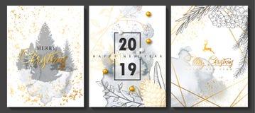 Συλλογή 2019 Χαρούμενα Χριστούγεννας και καρτών πολυτέλειας καλής χρονιάς με τη σύσταση watercolor και τη χρυσή γεωμετρική μορφή ελεύθερη απεικόνιση δικαιώματος