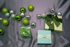 Συλλογή Χριστουγέννων, δώρα και διακοσμητικές διακοσμήσεις, στο μπλε υπόβαθρο Στοκ φωτογραφίες με δικαίωμα ελεύθερης χρήσης
