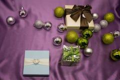 Συλλογή Χριστουγέννων, δώρα και διακοσμητικές διακοσμήσεις, στο μπλε υπόβαθρο Στοκ Εικόνα