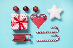 Συλλογή Χριστουγέννων με τους καλάμους καραμελών, καρδιά, σφαίρες, κόκκινο sleid για τη χλεύη επάνω στο σχέδιο προτύπων στο μπλε  Στοκ Εικόνες