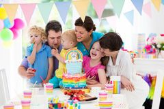 συμβαλλόμενο μέρος κατ&sigma Οικογενειακός εορτασμός με το κέικ Στοκ φωτογραφία με δικαίωμα ελεύθερης χρήσης