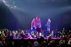 Συμβαλλόμενο μέρος με τους χορευτές στο νυχτερινό κέντρο διασκέδασης