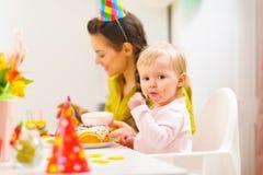 συμβαλλόμενο μέρος μητέρων εορτασμού γενεθλίων μωρών Στοκ Εικόνες