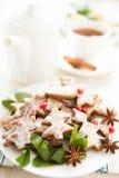 Συμβαλλόμενο μέρος τσαγιού Χριστουγέννων. Μπισκότα και τσάι Στοκ Φωτογραφίες