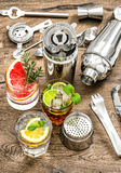 συμβαλλόμενο μέρος ποτών Κοκτέιλ με τα φρούτα και τον πάγο χυμός aper Στοκ Εικόνες
