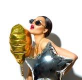 συμβαλλόμενο μέρος Πρότυπο κορίτσι ομορφιάς με τη ζωηρόχρωμη καρδιά και διαμορφωμένα τα αστέρι μπαλόνια Στοκ Φωτογραφία