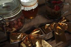 Συμβαλλόμενο μέρος τσαγιού Χριστουγέννων τσάι με το σμέουρο, μέλι, καρύδια Στοκ Εικόνες