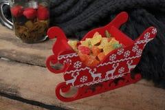 Συμβαλλόμενο μέρος τσαγιού Χριστουγέννων τσάι με το σμέουρο, μέλι, καρύδια και γλασαρισμένος Στοκ Φωτογραφία