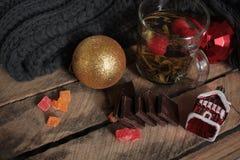 Συμβαλλόμενο μέρος τσαγιού Χριστουγέννων τσάι με το σμέουρο, το μέλι, τα καρύδια και τη σοκολάτα Στοκ Φωτογραφία