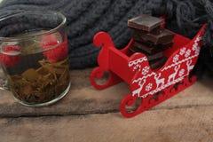 Συμβαλλόμενο μέρος τσαγιού Χριστουγέννων τσάι με το σμέουρο, το μέλι, τα καρύδια και τη σοκολάτα Στοκ Φωτογραφίες
