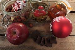 Συμβαλλόμενο μέρος τσαγιού Χριστουγέννων τσάι με το σμέουρο, το μέλι, τα καρύδια και τη σοκολάτα Στοκ Εικόνα