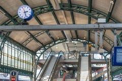 Συμβολή ποταμών σιδηροδρομικών σταθμών με τις κυλιόμενες σκάλες, την επιτροπή πληροφοριών και το ρολόι Στοκ φωτογραφίες με δικαίωμα ελεύθερης χρήσης