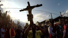 Συμβολικός σταυρός του Ιησούς Χριστού ` s που φέρεται από πιστό απόθεμα βίντεο