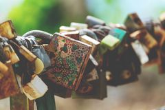 Συμβολικός των λουκέτων αγάπης στη ράγα της γέφυρας στοκ φωτογραφία