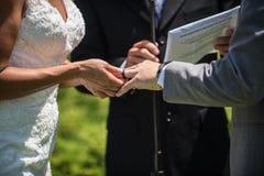 Συμβολικό δαχτυλίδι της υποχρέωσης στο δάχτυλό του στοκ φωτογραφίες