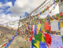 Συμβολοσειρά των ζωηρόχρωμων βουδιστικών σημαιών προσευχής στοκ εικόνες με δικαίωμα ελεύθερης χρήσης