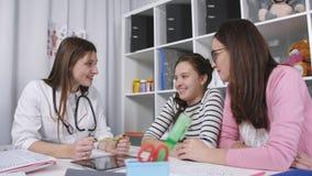 Συμβουλές στο γραφείο του γιατρού Μητέρα και κόρη ένας έφηβος στο γραφείο του οικογενειακού γιατρού απόθεμα βίντεο