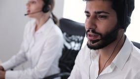 Συμβουλευτικοί πελάτες κεντρικών πρακτόρων επαφών on-line απόθεμα βίντεο