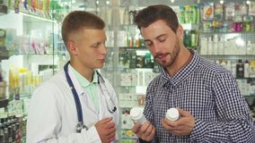 Συμβουλευτικός ασθενής γιατρών για δύο φάρμακα στοκ εικόνες με δικαίωμα ελεύθερης χρήσης