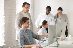 Συμβουλευτικός οικότροφος συμβούλων για το στόχο υπολογιστών, που βοηθά με το onlin Στοκ Φωτογραφία