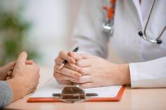 Συμβουλευτικός ασθενής γιατρών στην αρχή Στοκ εικόνα με δικαίωμα ελεύθερης χρήσης