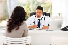 Συμβουλευτικός ασθενής γιατρών στοκ φωτογραφία με δικαίωμα ελεύθερης χρήσης