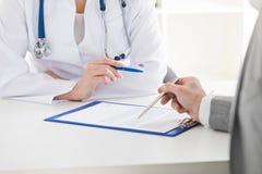 Συμβουλευτικός ασθενής γιατρών Στοκ Εικόνες