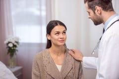 Συμβουλευτικός ασθενής γιατρών Στοκ εικόνα με δικαίωμα ελεύθερης χρήσης