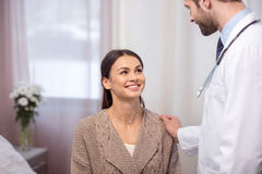 Συμβουλευτικός ασθενής γιατρών Στοκ εικόνες με δικαίωμα ελεύθερης χρήσης