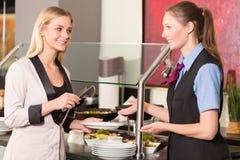 Συμβουλευτικός φιλοξενούμενος ή πελάτης σερβιτορών στο εστιατόριο για τον μπουφέ στοκ εικόνα με δικαίωμα ελεύθερης χρήσης