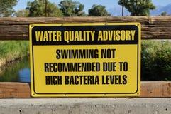 Συμβουλευτικό σημάδι ποιότητας νερού Στοκ φωτογραφίες με δικαίωμα ελεύθερης χρήσης