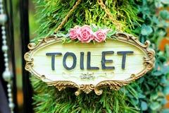 Συμβολίστε τις τουαλέτες στο ξύλινο υπόβαθρο στοκ φωτογραφία με δικαίωμα ελεύθερης χρήσης