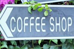 Συμβολίστε τον καφέ στο ξύλινο υπόβαθρο στοκ φωτογραφίες με δικαίωμα ελεύθερης χρήσης