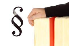 Συμβολικός νόμος με τα χέρια και το βιβλίο νόμου στοκ φωτογραφία με δικαίωμα ελεύθερης χρήσης