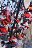 Συμβολικό δέντρο της αγάπης με τον πολύχρωμο σιτοβολώνα κλειδαριών Στοκ εικόνα με δικαίωμα ελεύθερης χρήσης