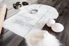 Συμβολικό κέικ Πάσχας εικόνας με τα εργαλεία σε ένα σκοτεινό ξύλινο υπόβαθρο Στοκ Εικόνες