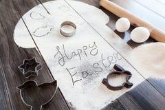Συμβολικό κέικ Πάσχας εικόνας με τα εργαλεία σε ένα σκοτεινό ξύλινο υπόβαθρο Στοκ φωτογραφία με δικαίωμα ελεύθερης χρήσης