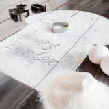Συμβολικό κέικ Πάσχας εικόνας με τα εργαλεία σε ένα σκοτεινό ξύλινο υπόβαθρο Στοκ Εικόνα