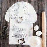 Συμβολικό κέικ Πάσχας εικόνας με τα εργαλεία σε ένα σκοτεινό ξύλινο υπόβαθρο Στοκ Φωτογραφία