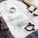 Συμβολικό κέικ Πάσχας εικόνας με τα εργαλεία σε ένα σκοτεινό ξύλινο υπόβαθρο Στοκ εικόνες με δικαίωμα ελεύθερης χρήσης