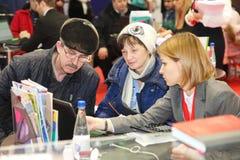 Συμμετέχοντες και επισκέπτες ενός ανοικτού έκθεση-πραγματικού προγράμματος στέγασης σεμιναρίου κτημάτων Στοκ Φωτογραφίες
