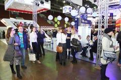 Συμμετέχοντες και επισκέπτες ενός ανοικτού έκθεση-πραγματικού προγράμματος στέγασης σεμιναρίου κτημάτων Στοκ Εικόνα