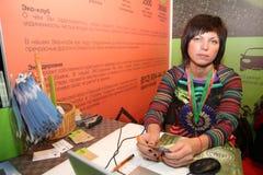 Συμμετέχοντες και επισκέπτες ενός ανοικτού έκθεση-πραγματικού προγράμματος στέγασης σεμιναρίου κτημάτων Στοκ φωτογραφία με δικαίωμα ελεύθερης χρήσης