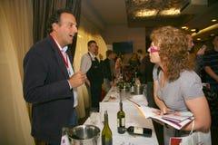 Συμμετέχοντες και επισκέπτες στην επιχειρησιακή έκθεση των κατασκευαστών και των προμηθευτών των ιταλικών κρασιών και των τροφίμω Στοκ Εικόνα